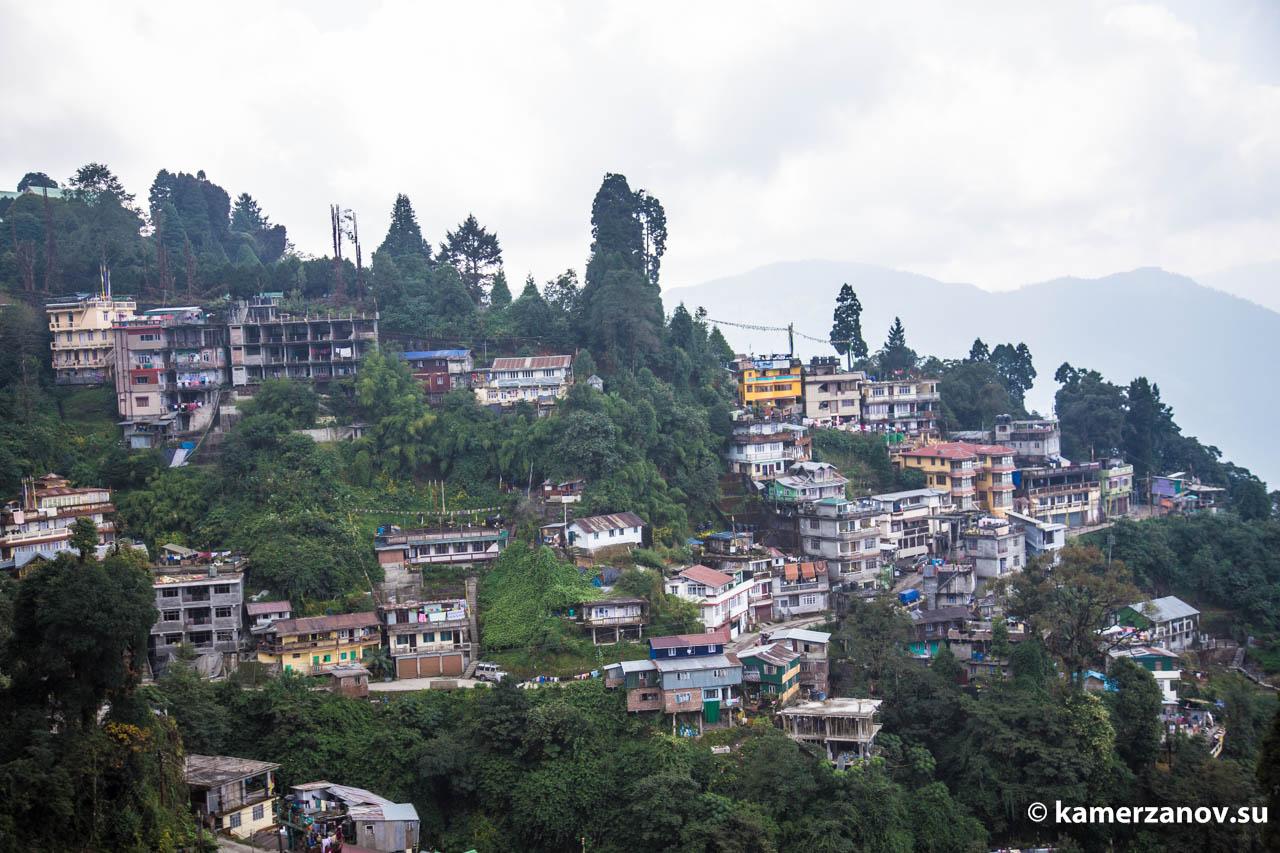 Городок ютится в горах